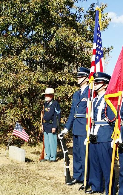 william-blount-color-guard-and-mike-downs-at-grave-of-pvt-franklin